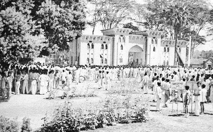 ২১ ফেব্রুয়ারি ১৯৫২: ১৪৪ ধারার মধ্যে মেডিকেল কলেজ প্রাঙ্গণে জমায়েত