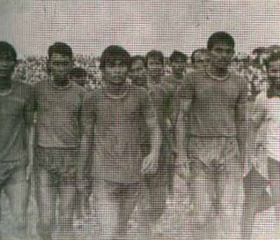 নদীয়ায় ম্যাচ শেষে কাজী সালাউদ্দিনের নেতৃত্বে বেরিয়ে আসছেন স্বাধীন বাংলা ফুটবল দলের সদস্যরা ছবি: সংগ্রহীত