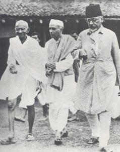 মাওলানা আবুল কালাম আজাদ এর সাথে মহাত্মা গান্ধী ও জওহরলাল নেহেরু